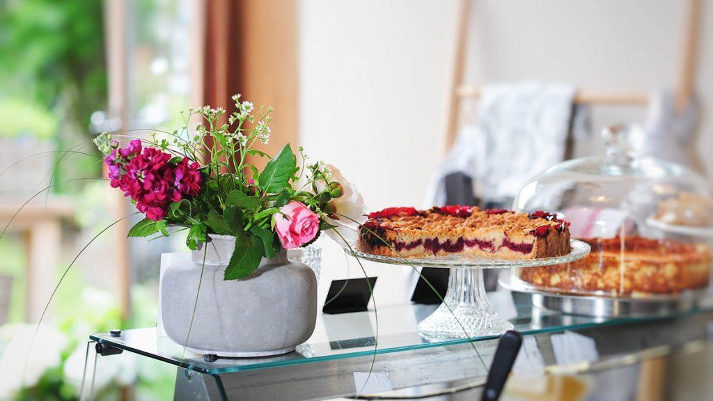 Ambiente Café HOFLIEBE mit Kuchen