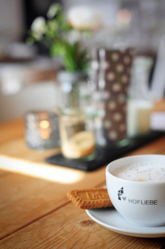 BIO Kaffee trinken im Café HOFLIEBE